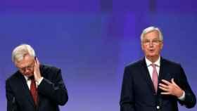 Barnier y Davis, en rueda de prensa