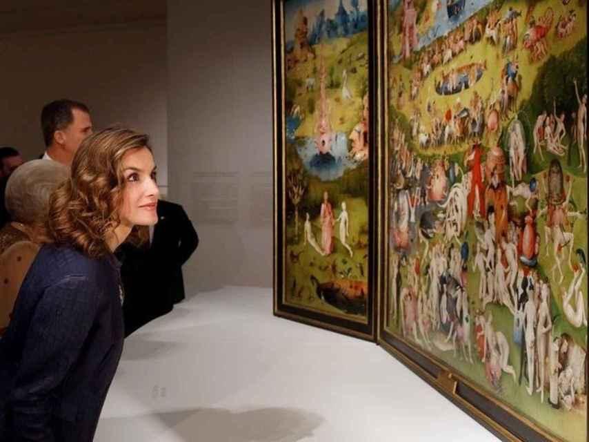 La reina durante su visita a la exposición del Bosco, en el Museo del Prado.
