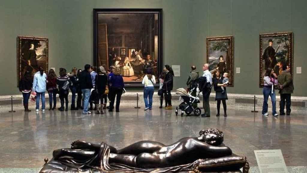 Visitantes del museo se agolpan para ver Las Meninas.
