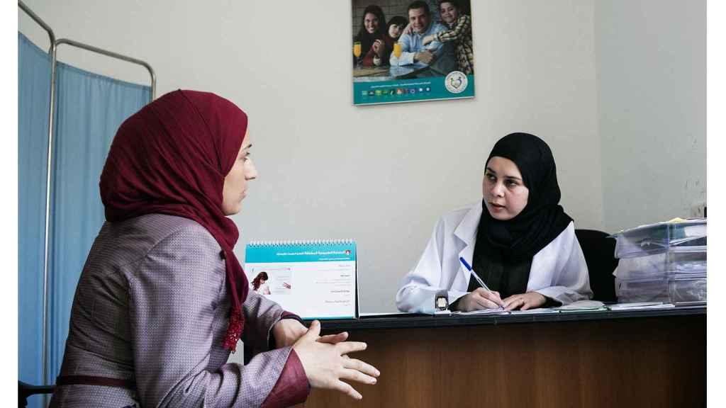 Una refugiada es atendida por la ginecóloga del centro.
