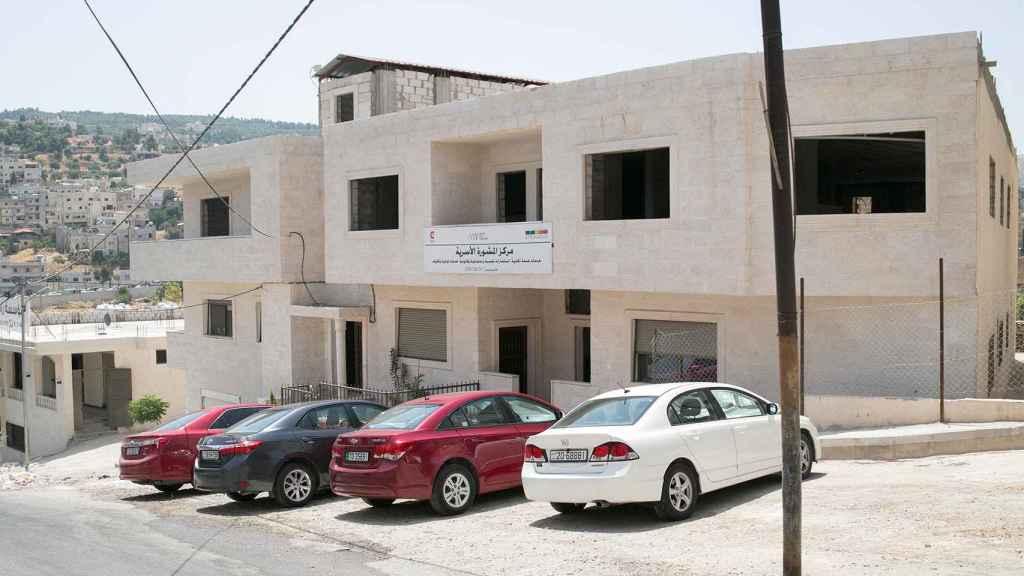 El centro ocupa la primera planta de este edificio en Aljun.