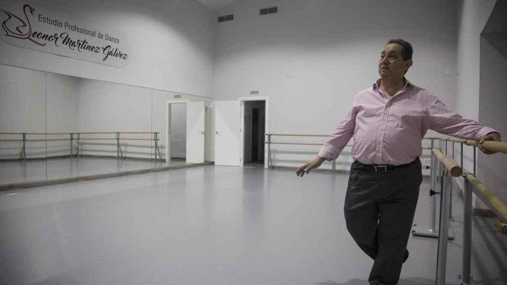 El bailarín José Antonio Rivero, amigo de la infancia de Miguel Blesa, en la academia donde imparte danza en Linares (Jaén).