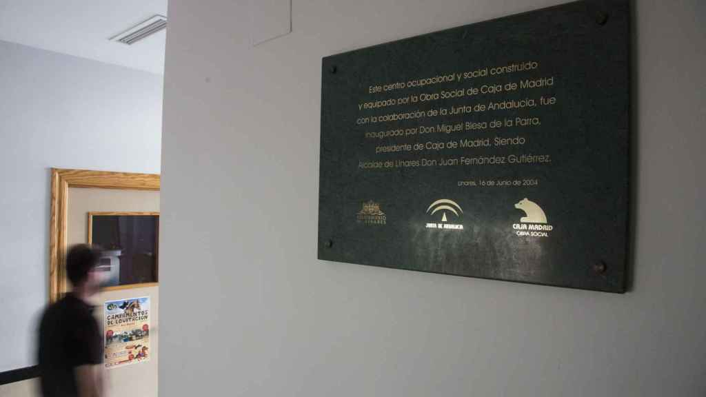 Placa conmemorativa de la apertura del centro ocupacional Miguel Blesa, en Linares (Jaén)