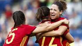 Vicky Losada celebra un gol junto a Caldentey  y Meseguer
