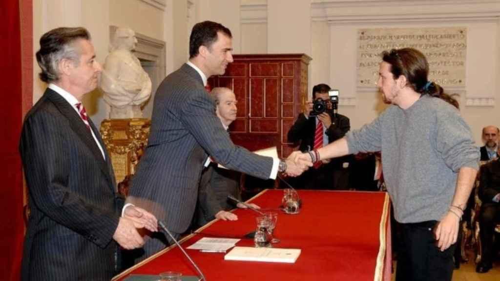 Iglesias, dándole la mano al entonces Príncipe Felipe. A la derecha, Miguel Blesa le entrega la beca de Bankia.