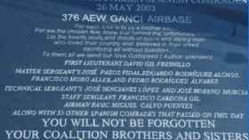 La placa del Ejército americano en homenaje a las víctimas del Yak-42.