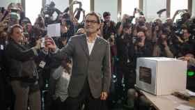 Artur Mas, votando en una caja de cartón el 9N