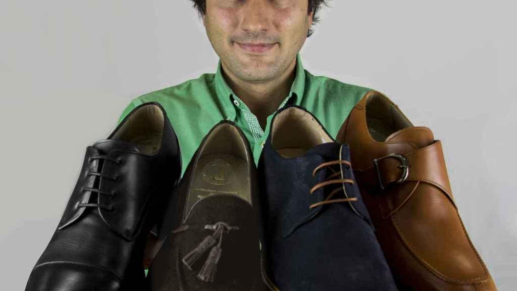 El CEO de Masaltos.com posa con varios de sus modelos.