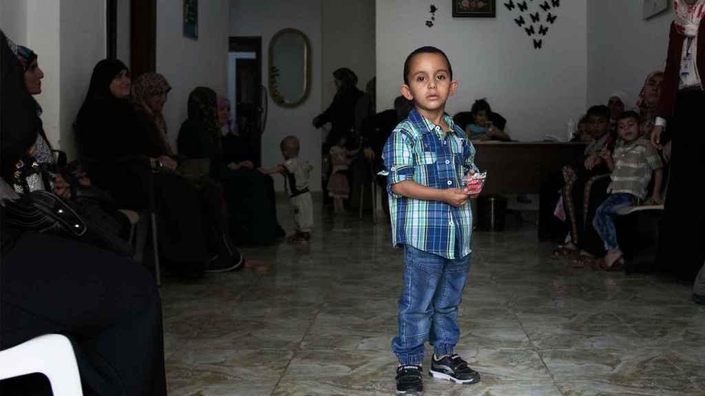 Un niño posa en la centro de Institute for Family Health en Aljun, Jordania.