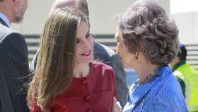 La reina Letizia y la reina Sofía en el 40 aniversario del Centro Alzheimer Reina Sofía.
