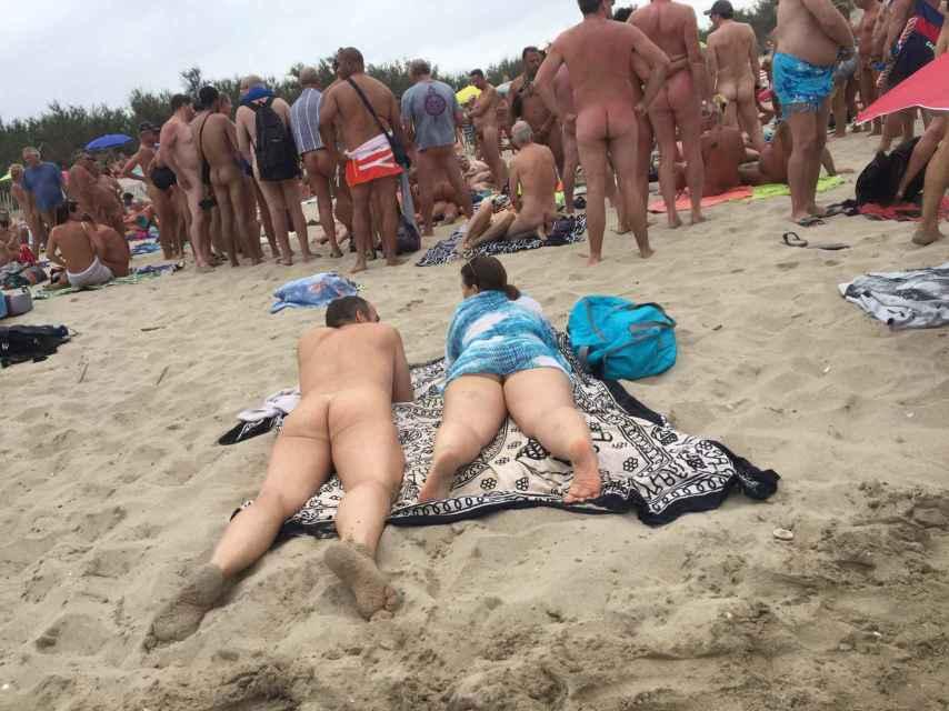 Esta pareja ha tenido mala suerte (o buena) y se le ha formado un corro sexual justo delante