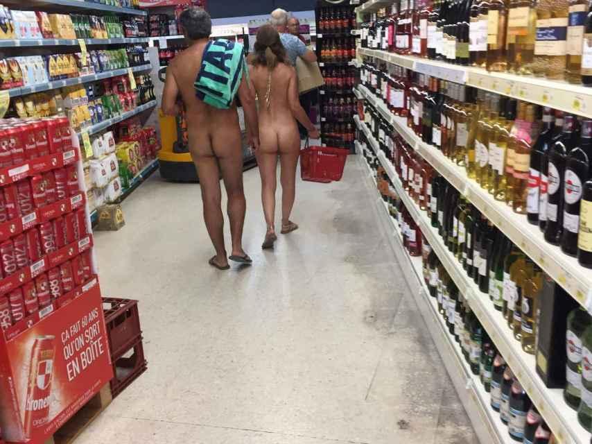 Ir desnudo es un look perfectamente válido para ir a hacer la compra. ¿Dónde guardarán el dinero?