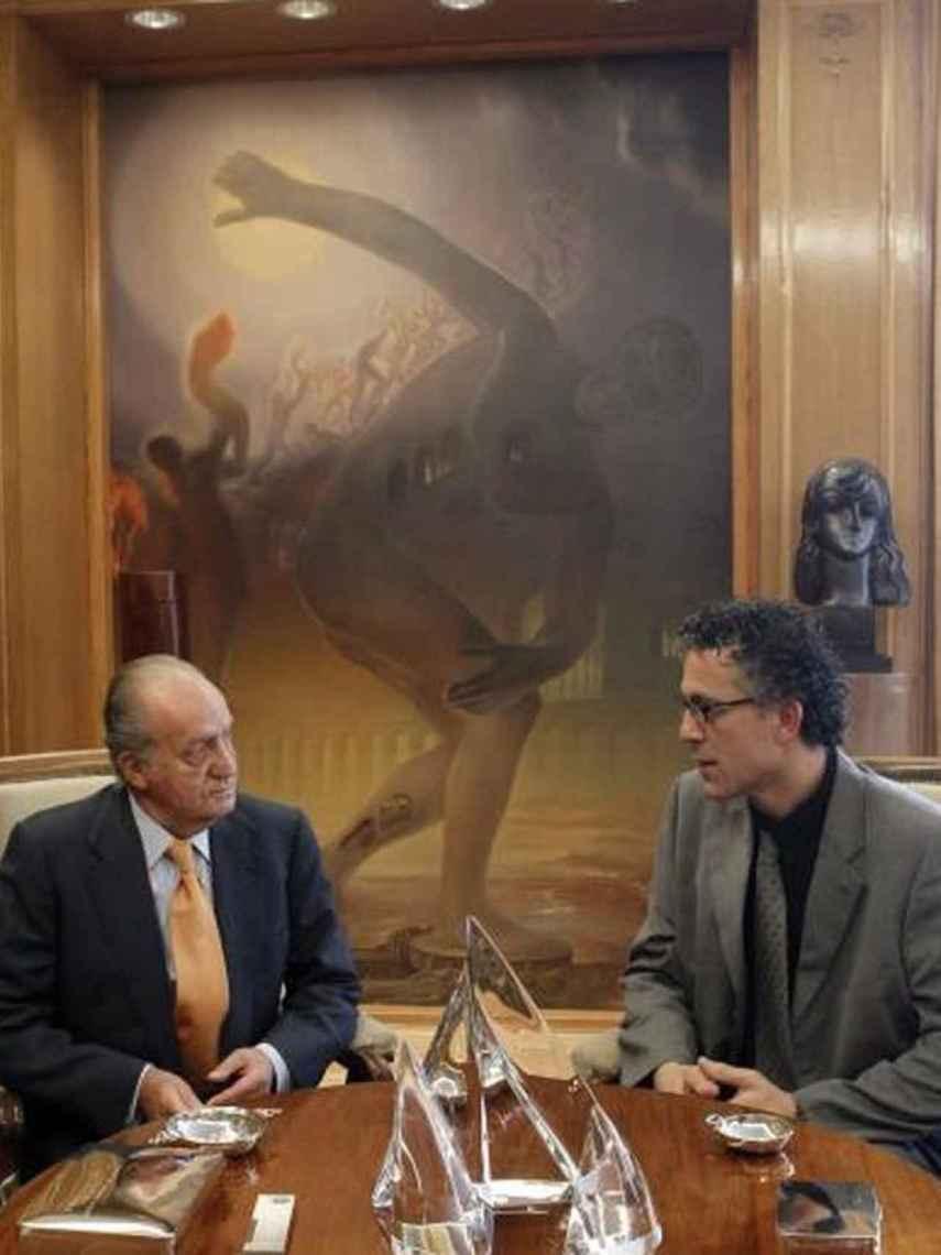 Juan Carlos I y Xabier Mikel Errekondo de Amaiur, en 2011, con el atleta de Dalí al fondo.