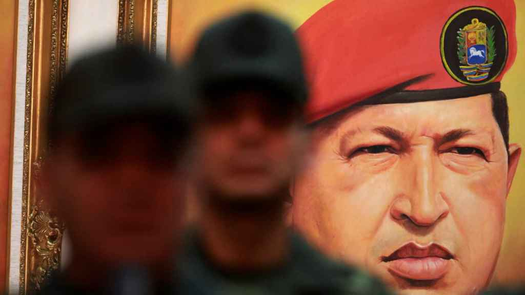 Imagen de Hugo Chávez frente a unos militares en Caracas