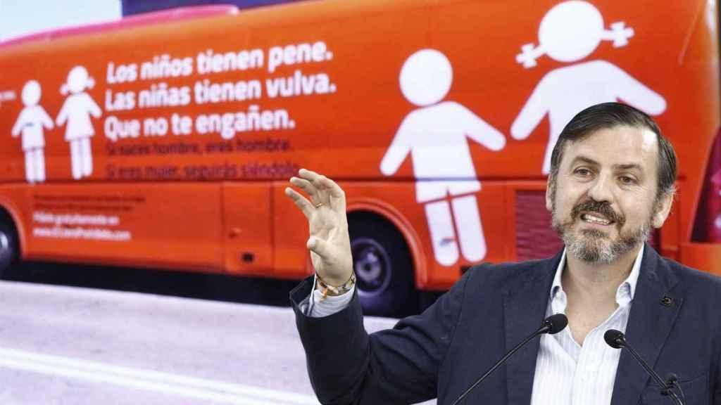 Ignacio Arsuaga con el polémico autobús de HazteOír.