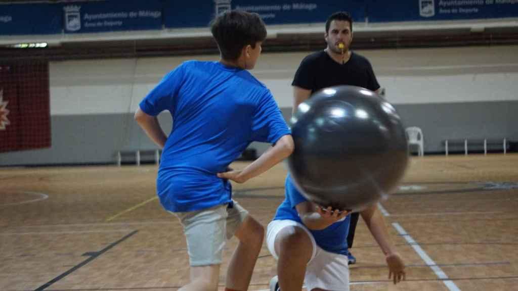 Norberto Domínguez, creador del baloncodo, también ejerce de árbitro.