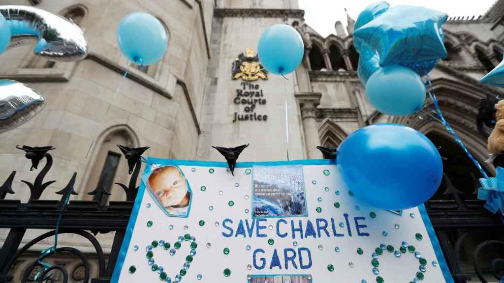 Carteles de apoyo a Charlie en el exterior de Tribunal Superior de Londres.