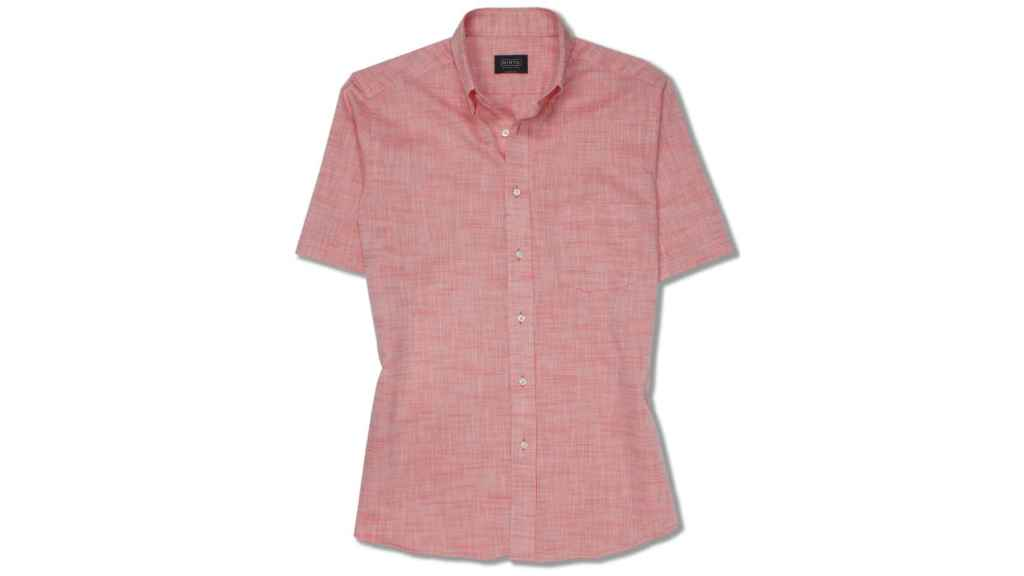 Camisa de la firma MIRTO, de manga corta, en lino tono salmón.