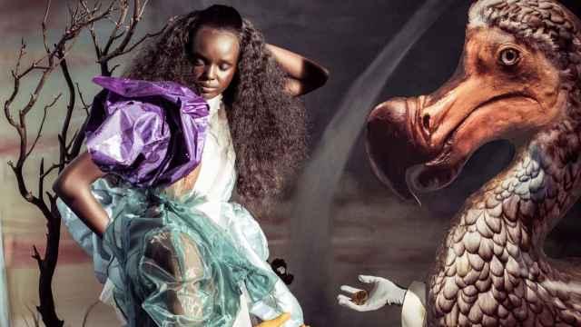 La exótica modelo australiana-sudanesa Duckie Thot posando para Tim Walker en el Calendario Pirelli 2018. | Foto: Pirelli.
