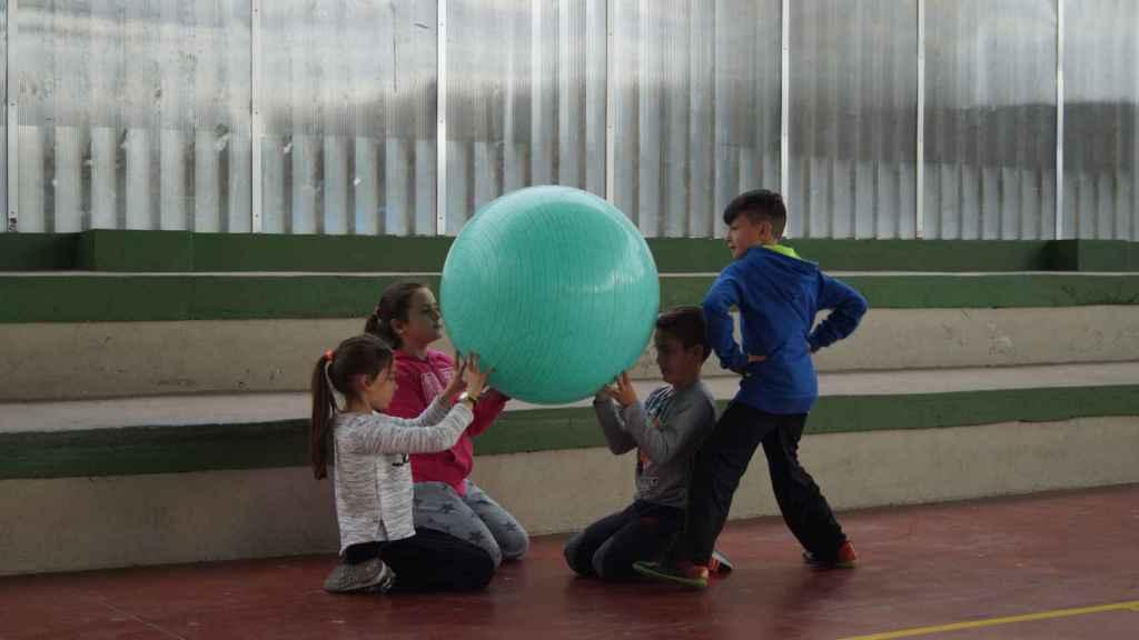 Niños juegan al baloncodo.