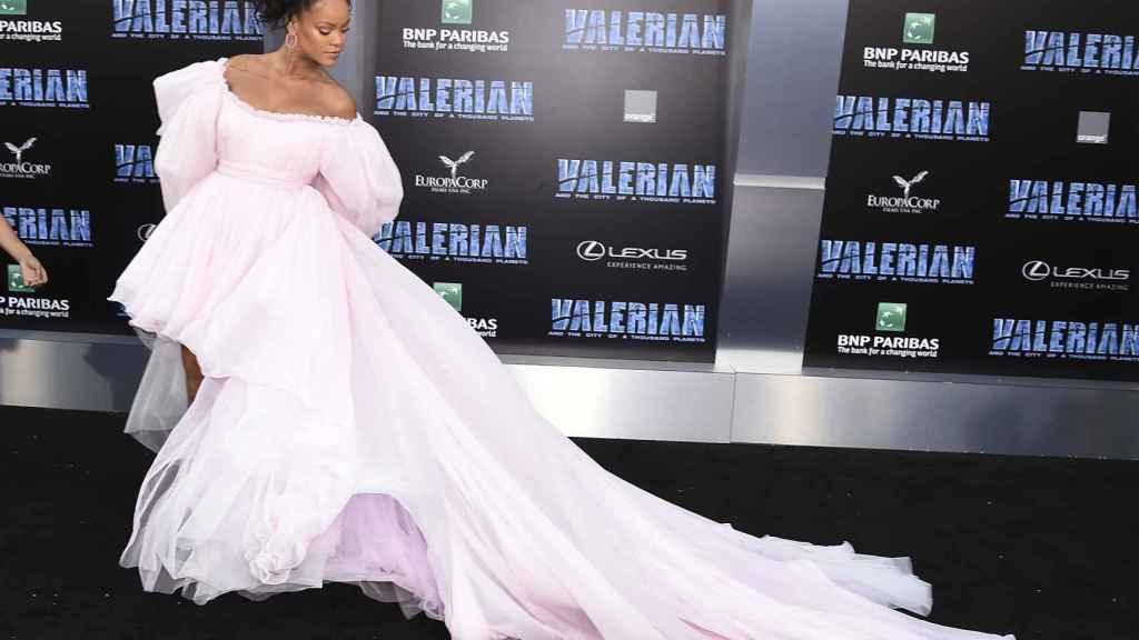 Rihanna, en la 'premiere' de la misma película en Los Ángeles, con un vestido de Giambattista Valli, el mismo diseñador.