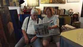 Pasqual Maragall mira la portada de un diario junto a su amiga y ex jefa de prensa Àngela Vinent.