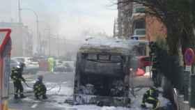 Los bomberos en las labores de extinción del incendio del autobús calcinado el 17 de  julio.