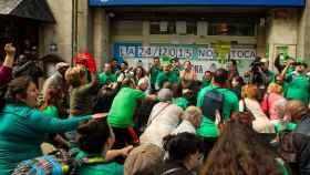 Integrantes de la PAH, durante un escrache a una sede del PP.