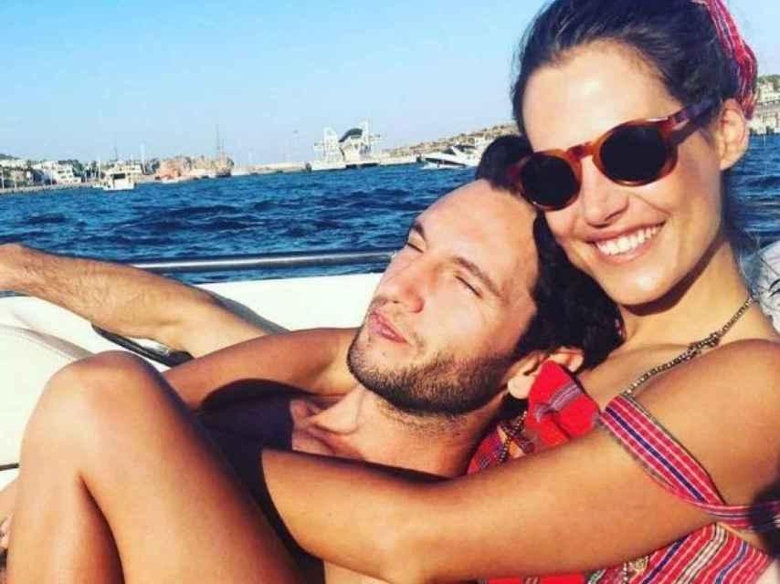 Gabriel Funes y Ana Bono, en actitud cariñosa.
