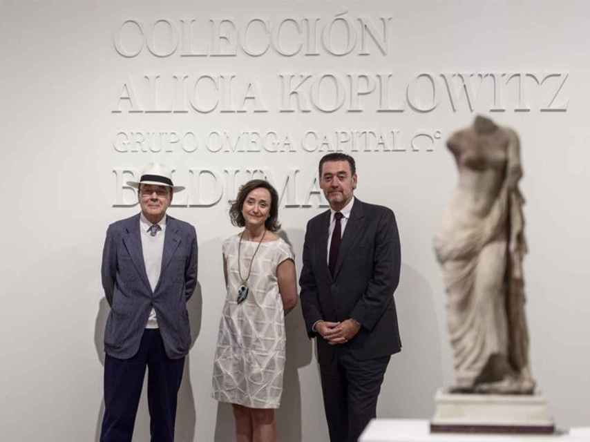 Miguel Zugaza, director del Bellas Artes de Bilbao, con Calvo Serraller y Almudena Ros.