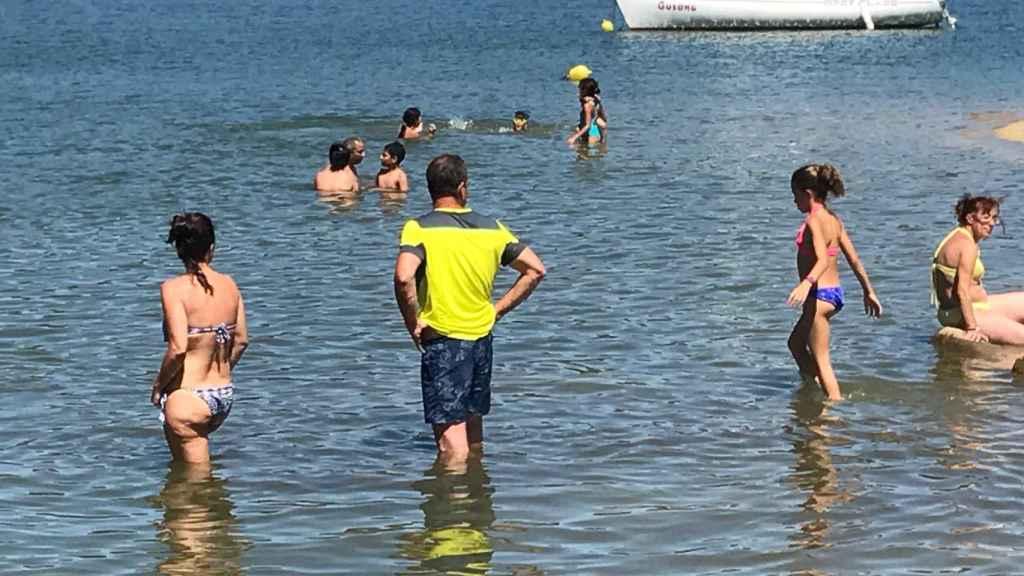 Un grupo de personas disfrutan en el pantano de San Juan (Ávila)