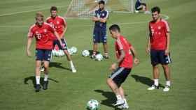 James es uno más en el entrenamiento del Bayern. Foto fcbayern.com