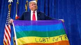 Trump con la bandera LGTB en una imagen de archivo.