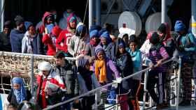 Un grupo de migrantes desembarca en el puerto italiano de Catania (Sicilia)