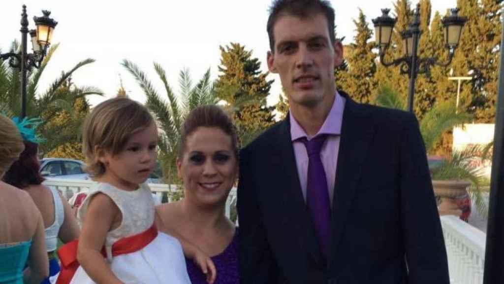 Lucía Vivar junto a sus padres en una celebración reciente