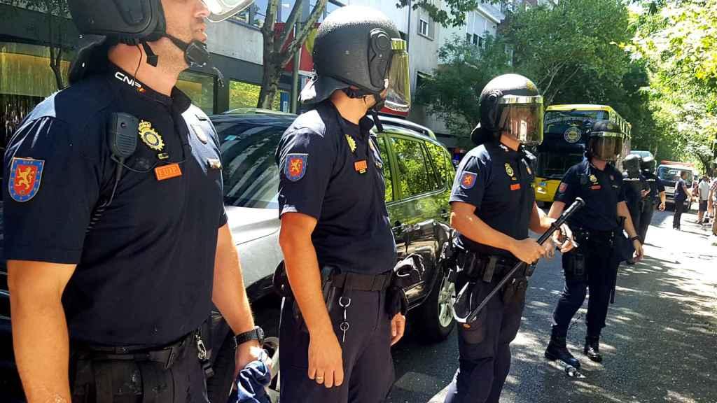 Policías protegiendo a un coche con licencia VTC