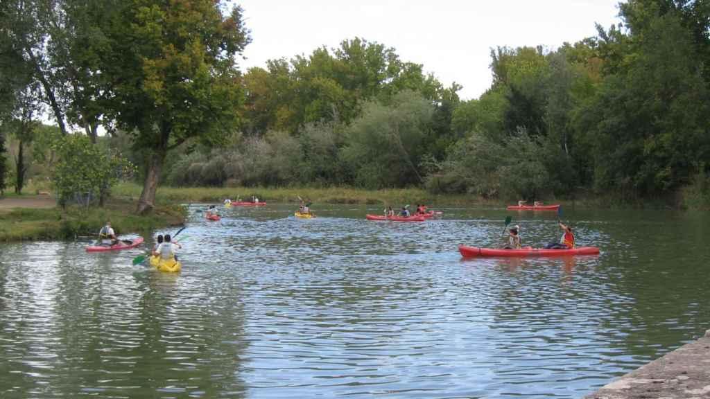 Unos piraüistas en el río Tajo.