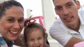 Lucía Vivar junto a sus padres Antonio y Almudena