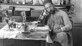 Ramón y Cajal junto a un microoscopio en su despacho.