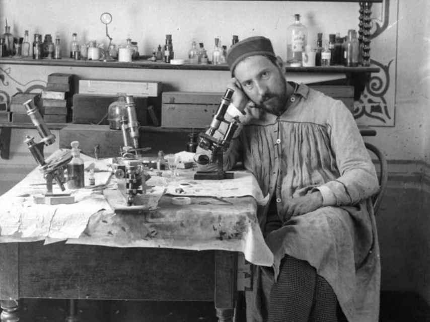 Ramón y Cajal junto a un microscopio en su laboratorio.