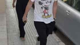 Fonsi Nieto y su mujer, Marta Castro, a su llegada al hospital donde se encuentra ingresado su tío.