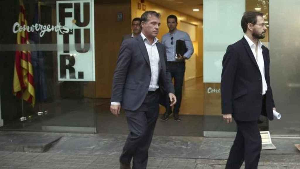 Los fiscales Grinda y Bermejo, saliendo de un registro practicado en la sede de Convergencia.
