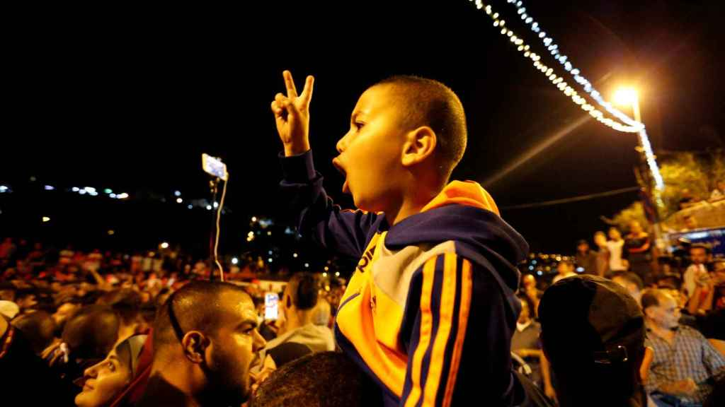 Palestinos celebran en la Puerta de los Leones la retirada de las medidas de seguridad.