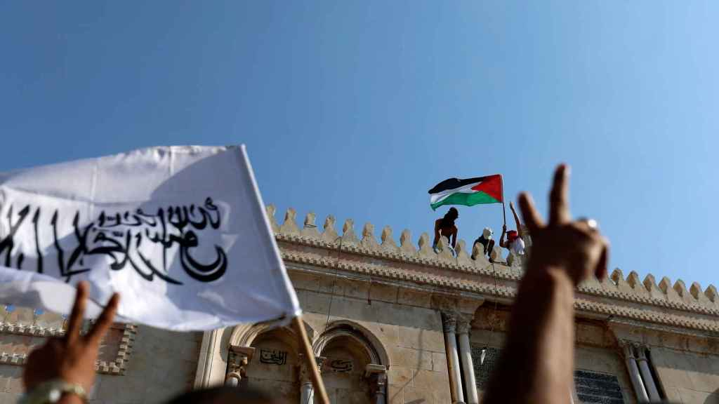 Un grupo de palestinos con su bandera en la mezquita