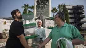 Oscar Reina, portavoz nacional del Sindicato Andaluz de Trabajadores, sostiene unas urnas electorales frente al monumento a Blas Infante en Sevilla.