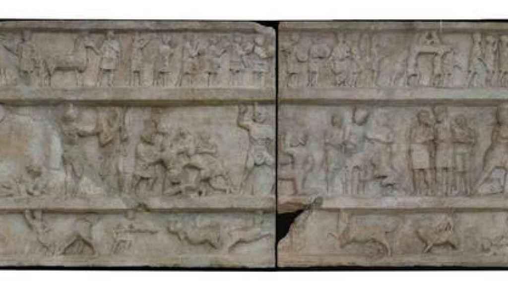 La batalla de gladiadores tallada sobre la tumba.
