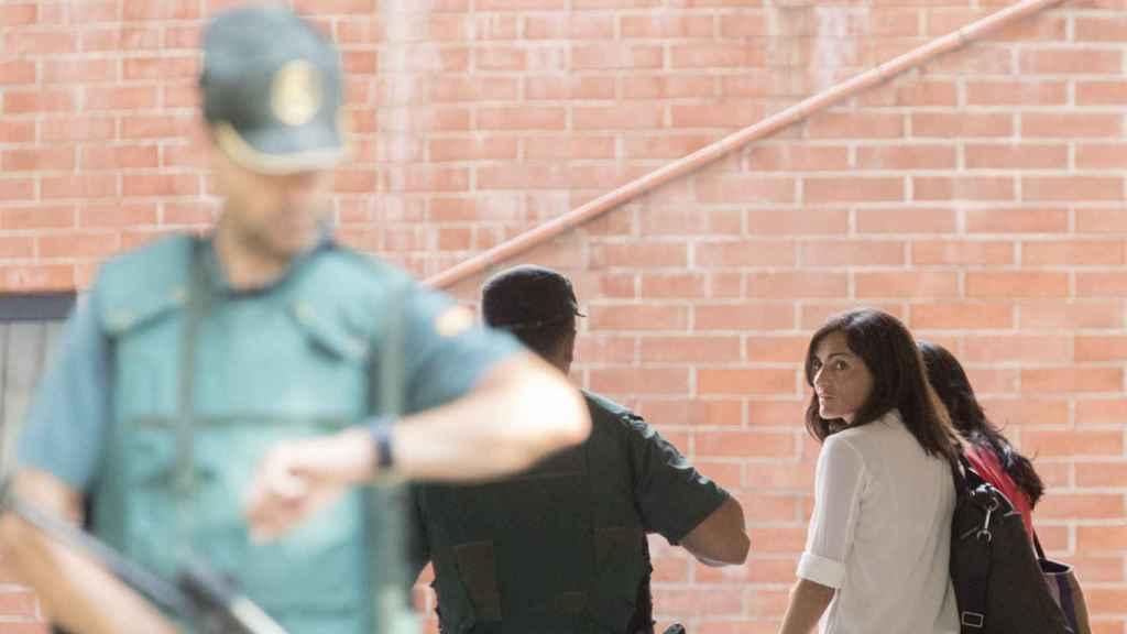 La jefa de comunicación de la consellería de Exteriors de la Generalitat, Anna Molas, a su llegada a la Comandancia.