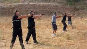 Agentes de la policía haciendo prácticas de tiro. Si se hacen fuera del circuito oficial, pueden ser motivo de multa