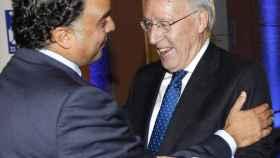 Fernando Yarza López-Madrazo saluda a Manuel Pizarro, en una imagen de archivo.