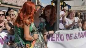 Juana Rivas, arropada por sus vecinas, muy emocionada, horas antes de desobedecer la resolución judicial.